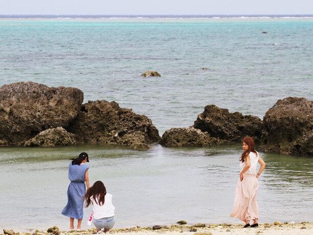 入り江前の浜と訪れた人々