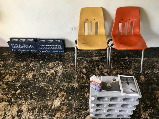 壁際の椅子