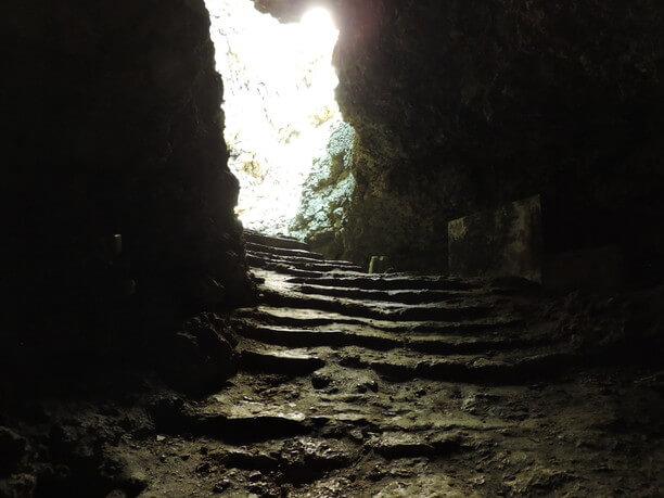 所々が光っている階段