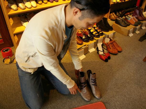 今履いている靴をチェックする秋山さん