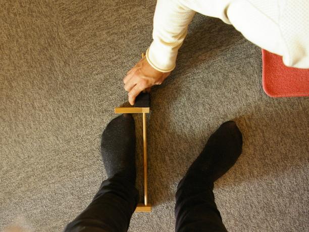 足のサイズを測定する様子