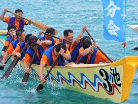 1艘のサバニには10人の漕ぎ手と舵取りが乗り込む
