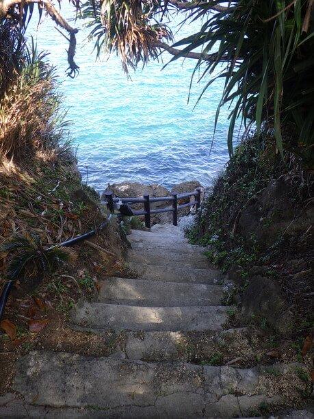 真っ青な海へ伸びる階段