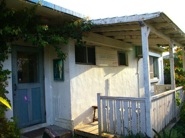 北中城村にある外人住宅カフェ「サンスーシィ」外観