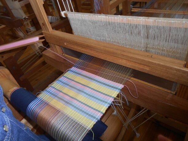 1枚のマットを織り上げる宮古織り体験