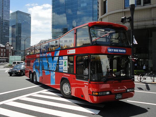 横断歩道を横切るスカイバス東京