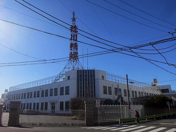 株式会社桂川精螺製作所の鉄塔と周りの風景