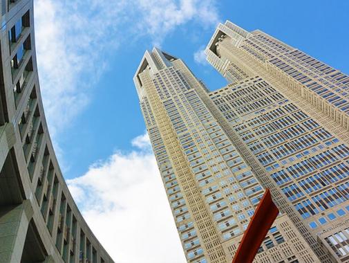 下から見上げた東京都庁