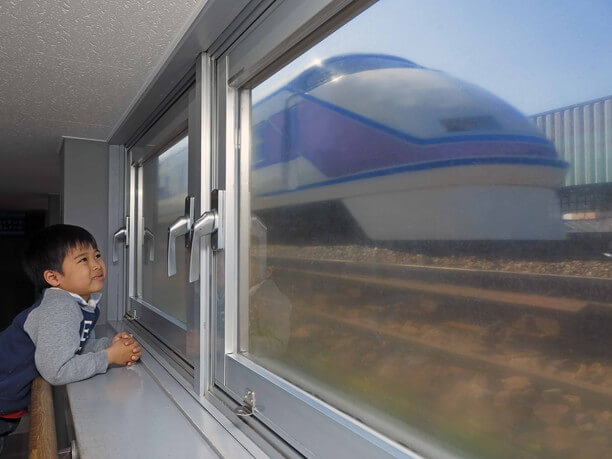 目の前を走り抜ける電車