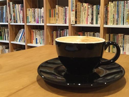 本棚とカフェラテ