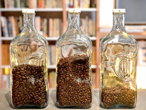 ガラス瓶に入ったコーヒー豆