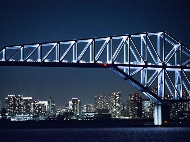 東京ゲートブリッジとビル群
