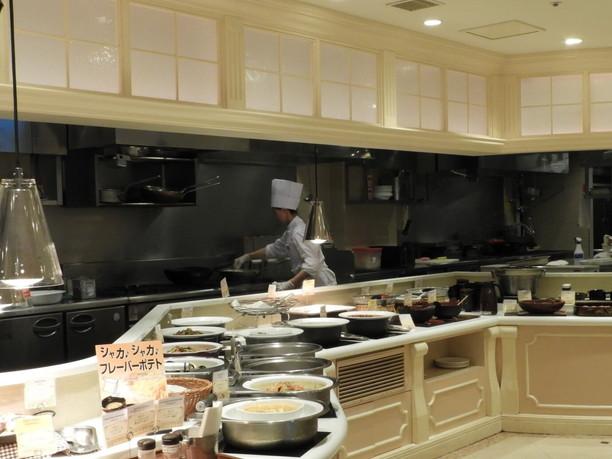 活気に満ちたシェフたちの姿が見られるオープンキッチン
