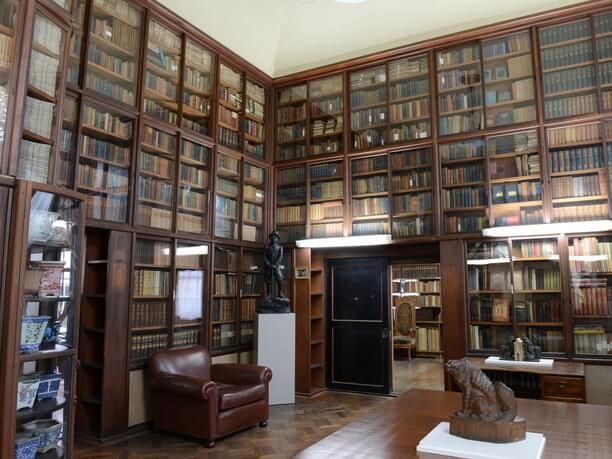 天井まで蔵書がぎっしりの書斎