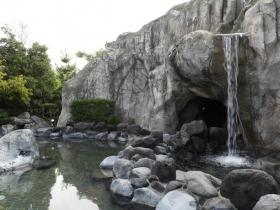 大きな岩を流れる滝が美しい「大滝の湯」