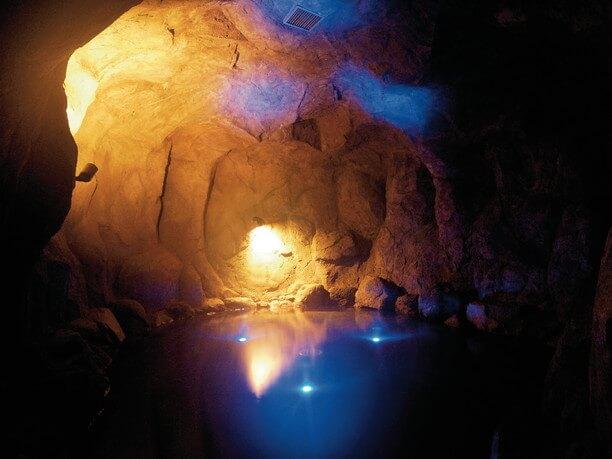 青い光を放つ洞窟風呂「青の洞窟」