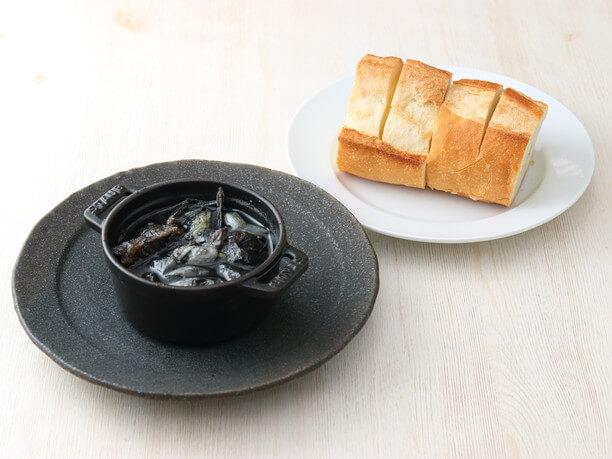 パンと墨アヒージョ