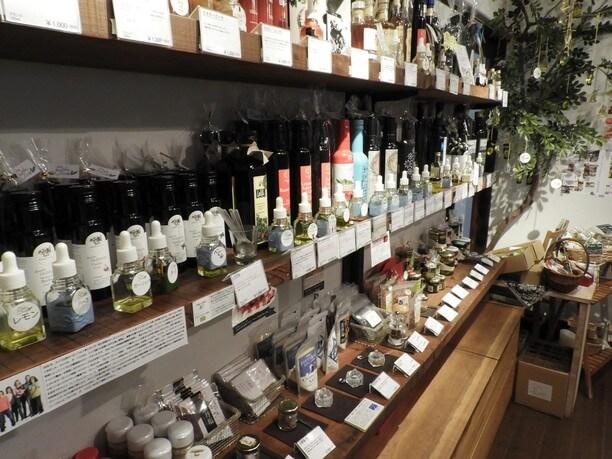 店内に並ぶ世界各国の塩・オリーブオイル・ビネガー