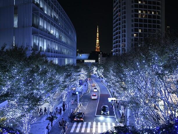 光の向こうにそびえ立つ東京タワー