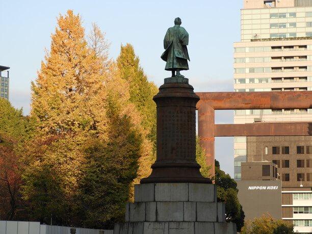 美しい銀杏と銅像