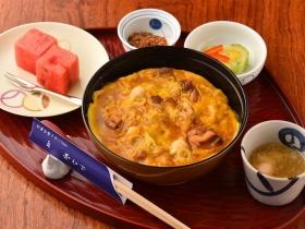 「親子丼」に軍鶏時雨煮やコラーゲンスープがついた「親子昼膳」
