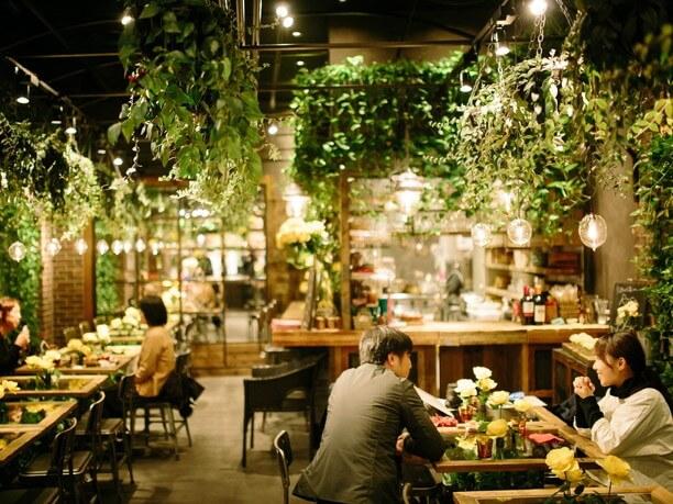 花や緑に囲まれた「青山フラワーマーケット」