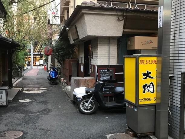 赤坂・一ツ木通りから薄暗い路地を入ったところにある大関