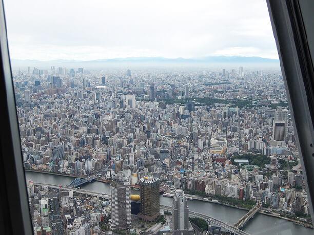 遥か下に建物を見下ろす風景