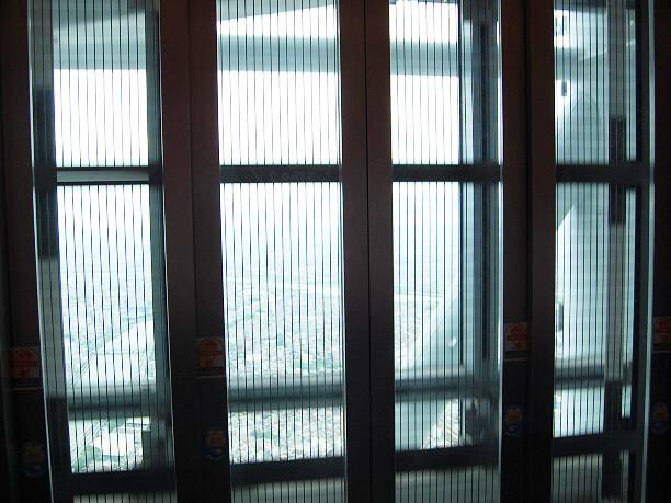 シースルーのエレベーターの扉