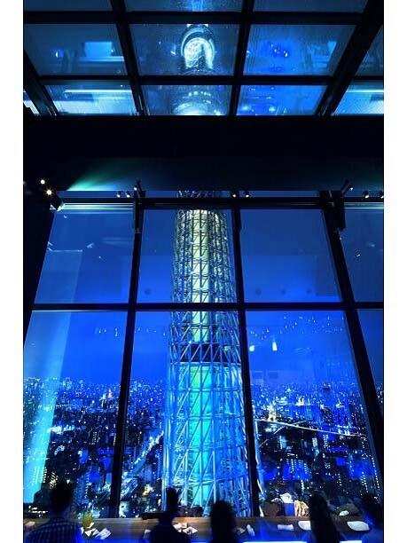 ソファー席から見る夜の東京スカイツリー